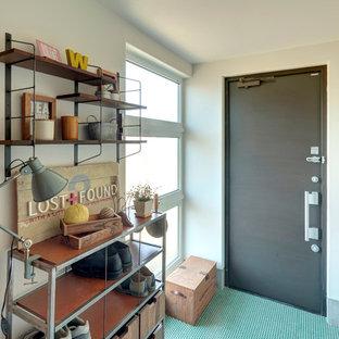 他の地域の小さい片開きドアコンテンポラリースタイルのおしゃれな玄関ホール (白い壁、セラミックタイルの床、緑の床、グレーのドア) の写真