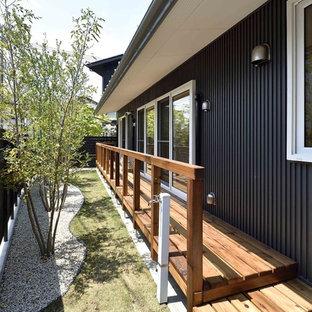 Свежая идея для дизайна: большая веранда на заднем дворе в восточном стиле с настилом и навесом - отличное фото интерьера