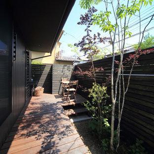 Idee per un grande portico etnico nel cortile laterale con pedane e un tetto a sbalzo
