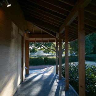 Foto di un portico etnico nel cortile laterale con pavimentazioni in pietra naturale e un tetto a sbalzo