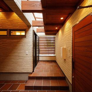 Esempio di un grande patio o portico con pannellatura chic con piastrelle