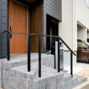 Immagine di un piccolo portico industriale con piastrelle