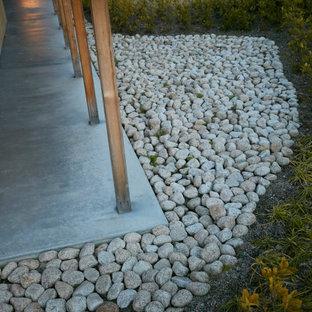 Idee per un portico etnico nel cortile laterale con pavimentazioni in pietra naturale e un tetto a sbalzo