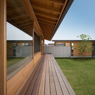 福岡のアジアンスタイルのおしゃれな縁側・ポーチ (デッキ材舗装、張り出し屋根) の写真