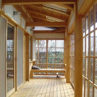Immagine di un portico etnico con pedane e un tetto a sbalzo