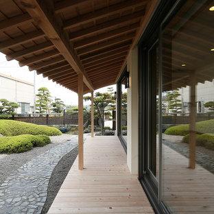 Ispirazione per un grande portico etnico nel cortile laterale con un tetto a sbalzo