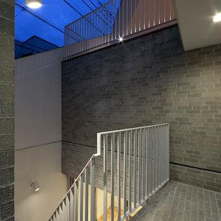 Foto di un patio o portico con pannellatura minimalista di medie dimensioni e davanti casa con un tetto a sbalzo
