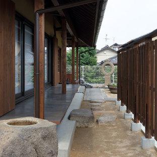 Réalisation d'un porche asiatique avec une extension de toiture.