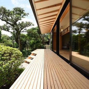 Inspiration pour un porche latéral asiatique avec une extension de toiture.
