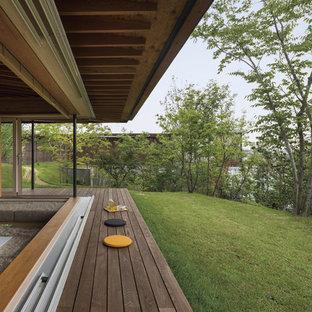 Ispirazione per un portico etnico dietro casa con un tetto a sbalzo