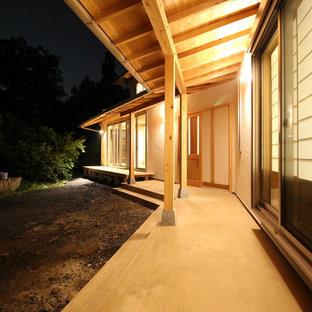 Inspiration för en stor orientalisk veranda på baksidan av huset, med takförlängning