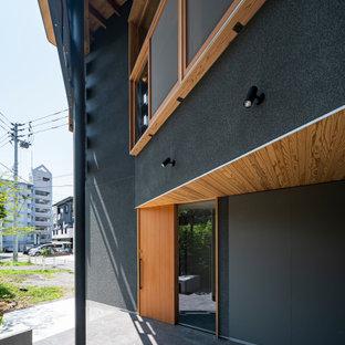 Ispirazione per un portico etnico davanti casa con piastrelle e un tetto a sbalzo