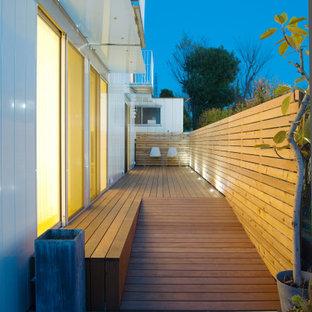 Immagine di un patio o portico con pannellatura moderno di medie dimensioni e nel cortile laterale con pedane