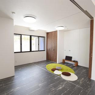 Réalisation d'une chambre de bébé neutre minimaliste avec un mur blanc, un sol en vinyl et un sol noir.