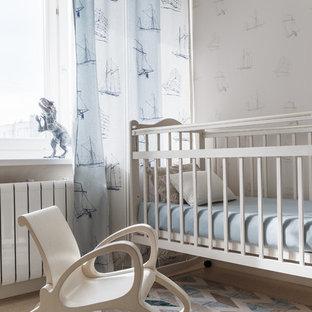 京都のコンテンポラリースタイルのおしゃれな赤ちゃん部屋 (マルチカラーの壁、男女兼用) の写真