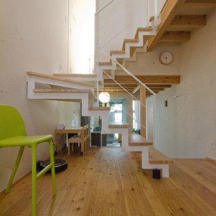 他の地域の木の北欧スタイルのおしゃれな折り返し階段 (木の蹴込み板) の写真