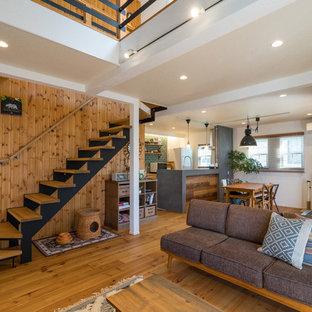 他の地域の中くらいの木のコンテンポラリースタイルのおしゃれな階段 (木材の手すり) の写真