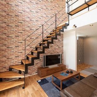 他の地域の木のトラディショナルスタイルのおしゃれな階段 (金属の手すり) の写真