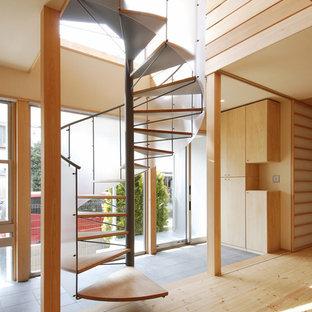 東京23区の木の和風のおしゃれな階段 (金属の手すり) の写真