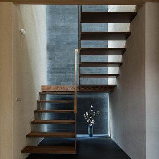 他の地域の木のモダンスタイルのおしゃれな折り返し階段 (木材の手すり) の写真