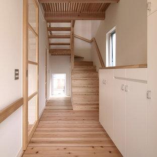 東京都下の木の和風のおしゃれな折り返し階段 (木材の手すり) の写真