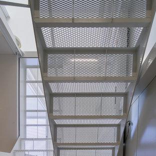 Modelo de escalera en U, moderna, pequeña, con escalones de metal, contrahuellas de metal y barandilla de metal