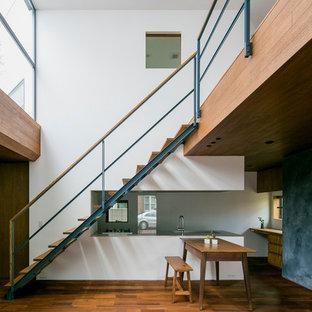 木のアジアンスタイルのおしゃれな直階段 (木の蹴込み板) の写真