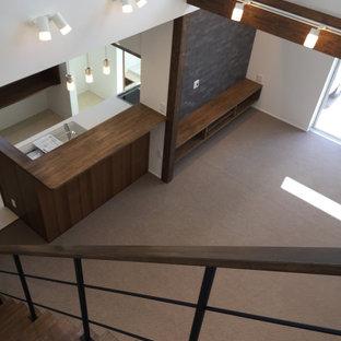 Ejemplo de escalera recta y papel pintado, moderna, de tamaño medio, con escalones de madera, contrahuellas de madera, barandilla de metal y papel pintado