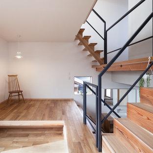 大阪の小さい木のおしゃれな階段 (金属の手すり) の写真