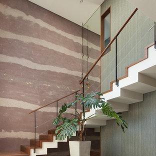 東京23区の木のコンテンポラリースタイルのおしゃれな階段 (木の蹴込み板、ワイヤーの手すり) の写真