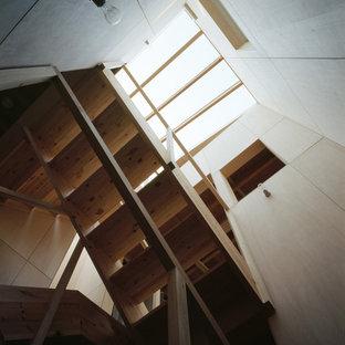 Modelo de escalera en U y madera, escandinava, pequeña, sin contrahuella, con escalones de madera, barandilla de madera y madera