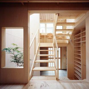 Foto de escalera en U y madera, pequeña, sin contrahuella, con escalones de madera, barandilla de madera y madera