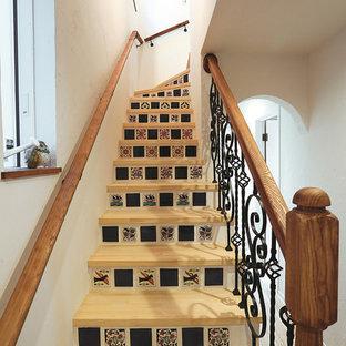 他の地域の木のカントリー調のサーキュラー階段の画像 (木材の手すり)