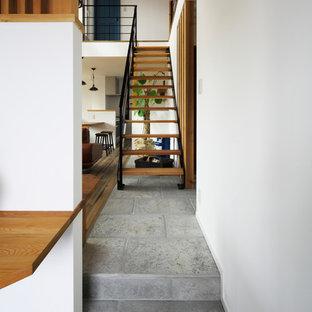 他の地域の木のインダストリアルスタイルのおしゃれな階段 (金属の手すり) の写真