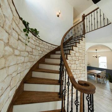 カーブ階段のあるアンティークハウス