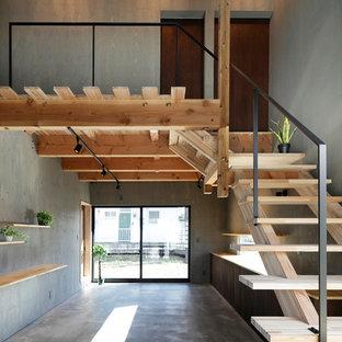 他の地域の木のインダストリアルスタイルの階段の画像 (金属の手すり)