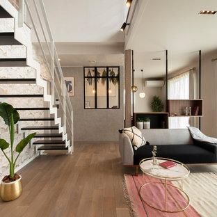 Ejemplo de escalera recta y panelado, moderna, de tamaño medio, sin contrahuella, con escalones de madera, barandilla de metal y panelado