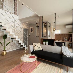 Imagen de escalera recta y panelado, minimalista, de tamaño medio, sin contrahuella, con escalones de madera, barandilla de metal y panelado