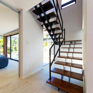 他の地域の広いモダンスタイルのおしゃれな階段の写真
