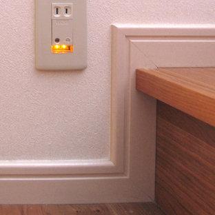 Ejemplo de escalera en U con escalones de madera, contrahuellas de madera y barandilla de madera