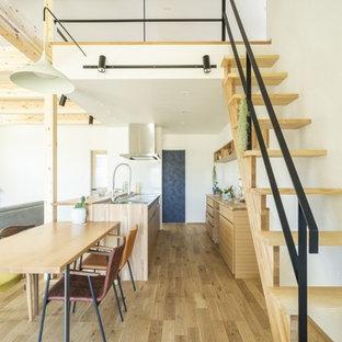他の地域の中くらいの木のモダンスタイルのおしゃれな階段 (金属の手すり) の写真