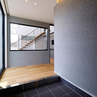 Идея дизайна: большая прямая лестница в стиле лофт с деревянными ступенями, стеклянными перилами и обоями на стенах без подступенок