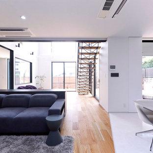 Источник вдохновения для домашнего уюта: большая прямая лестница в стиле лофт с деревянными ступенями, стеклянными перилами и обоями на стенах без подступенок
