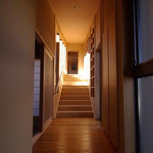 Foto de escalera recta y madera, moderna, de tamaño medio, con escalones de madera, contrahuellas de madera, barandilla de madera y madera