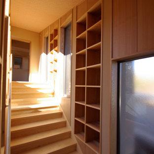 Diseño de escalera recta y madera, minimalista, de tamaño medio, con escalones de madera, contrahuellas de madera, barandilla de madera y madera
