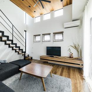 Imagen de escalera en L y papel pintado, moderna, de tamaño medio, sin contrahuella, con escalones de madera, barandilla de metal y papel pintado