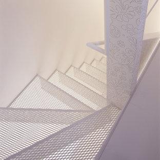 他の地域の中サイズの金属製のモダンスタイルのおしゃれなかね折れ階段 (金属の蹴込み板、金属の手すり) の写真