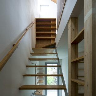 Ispirazione per una piccola scala a rampa dritta moderna con pedata in legno, nessuna alzata, parapetto in legno e pareti in perlinato