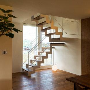 他の地域のアジアンスタイルのおしゃれな階段 (金属の手すり) の写真