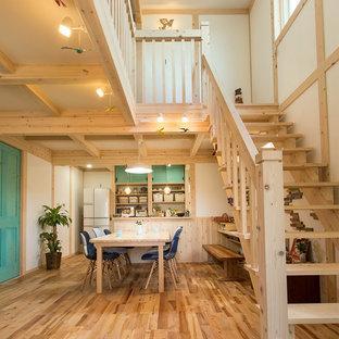他の地域の中サイズの木の地中海スタイルのおしゃれな階段 (木材の手すり) の写真
